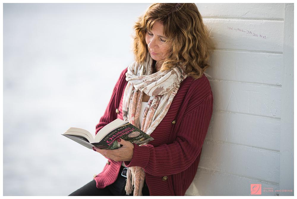 Leser bok i Drøbak