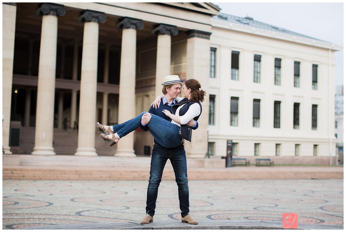 Kjærestepar på uiversitetsplassen