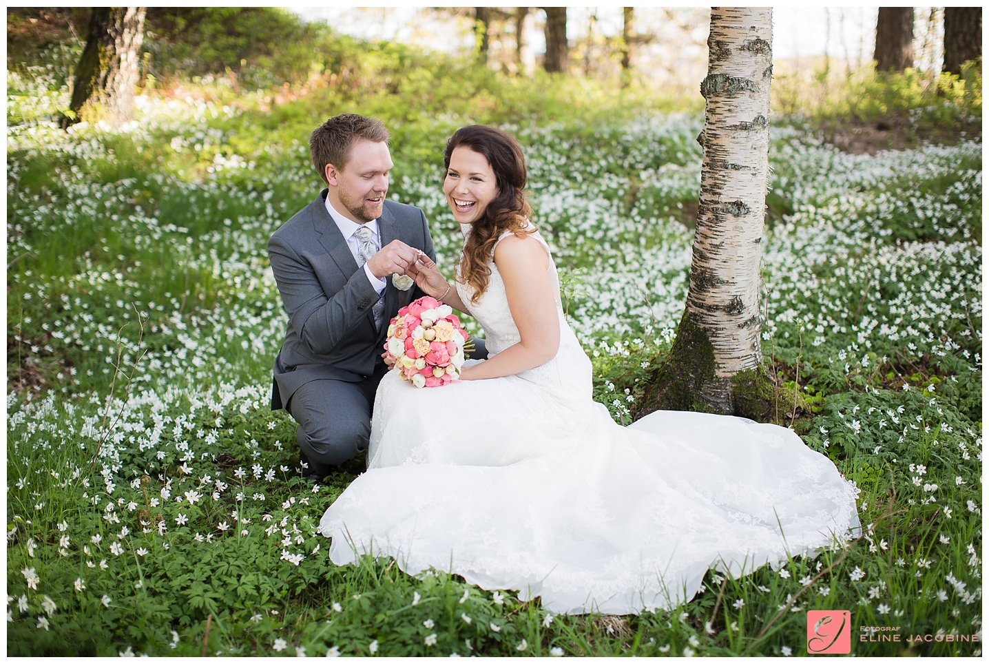 Brudepar i hvitveis eng