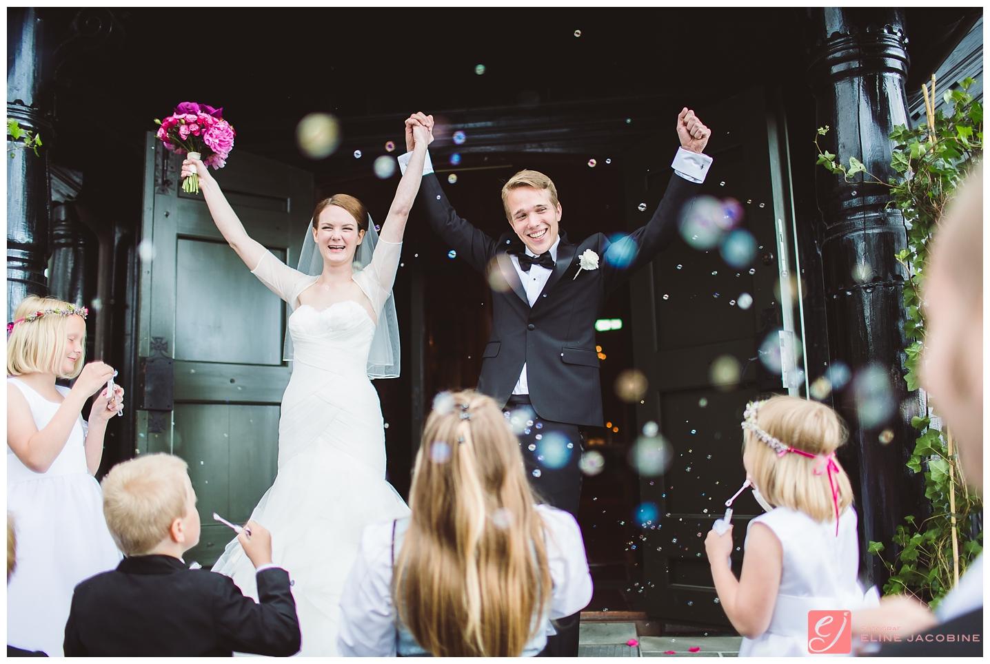 Bryllup Holmenkollen kapell såpebobler