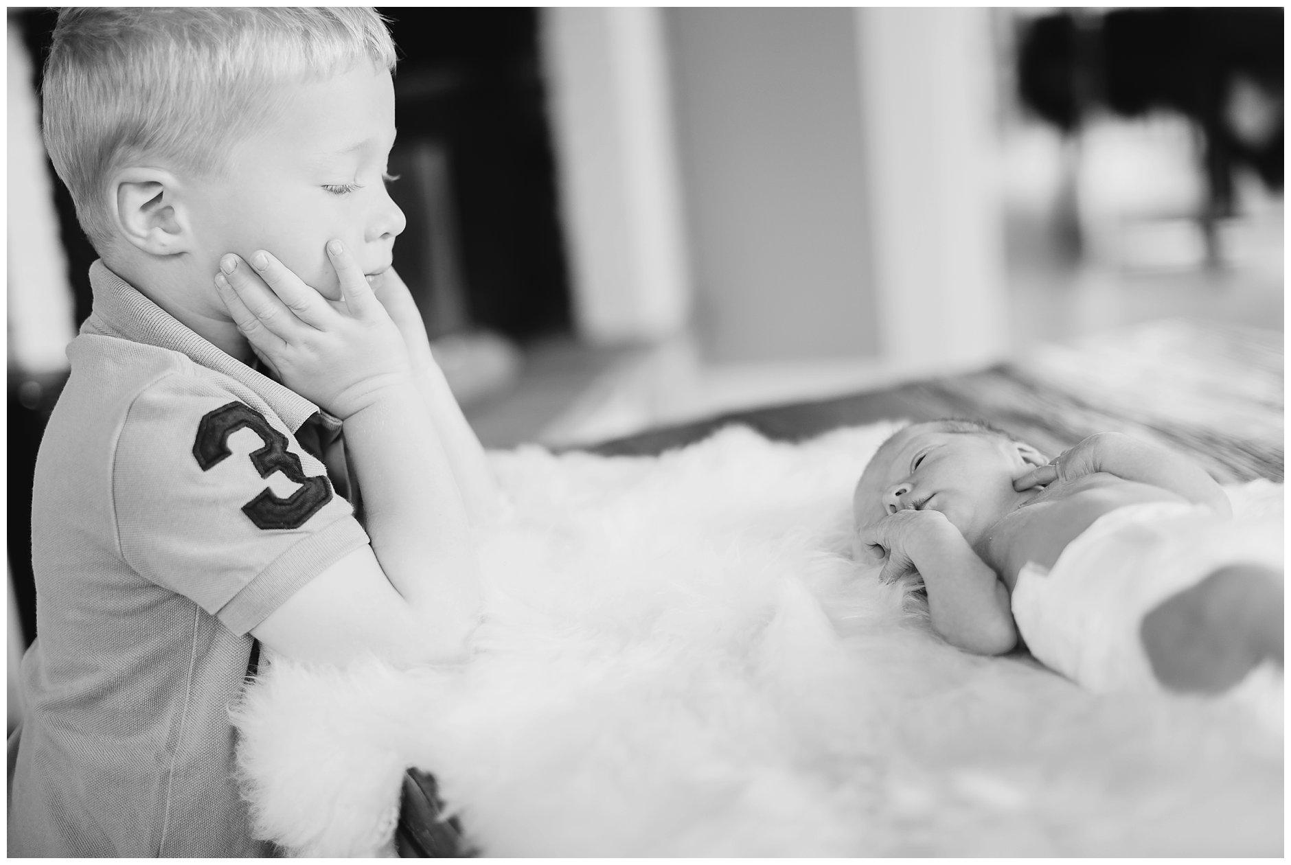 Nyfødt og søskenfotografering naturlig lys hjemme