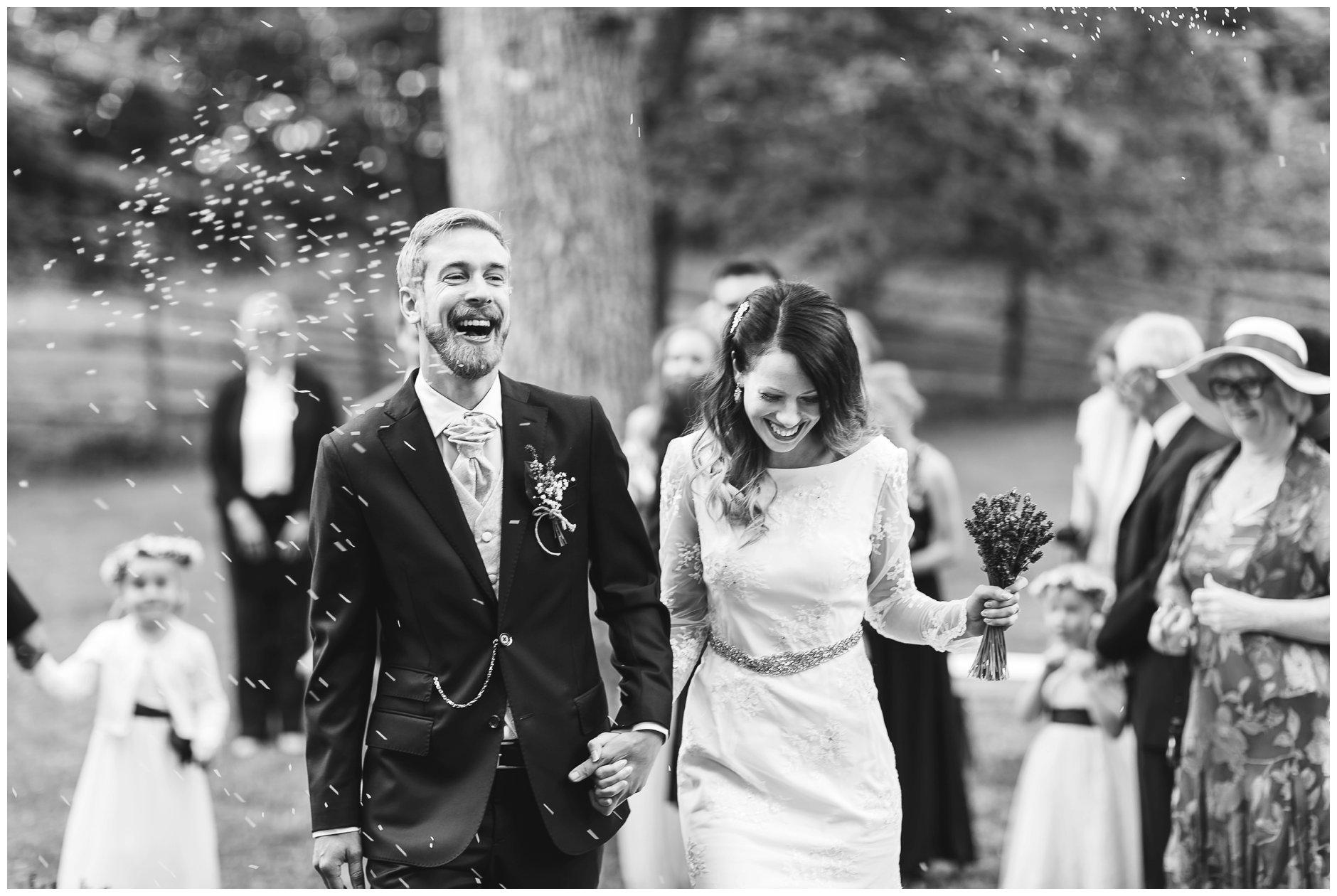 bryllupsfotografering av glad brudgom