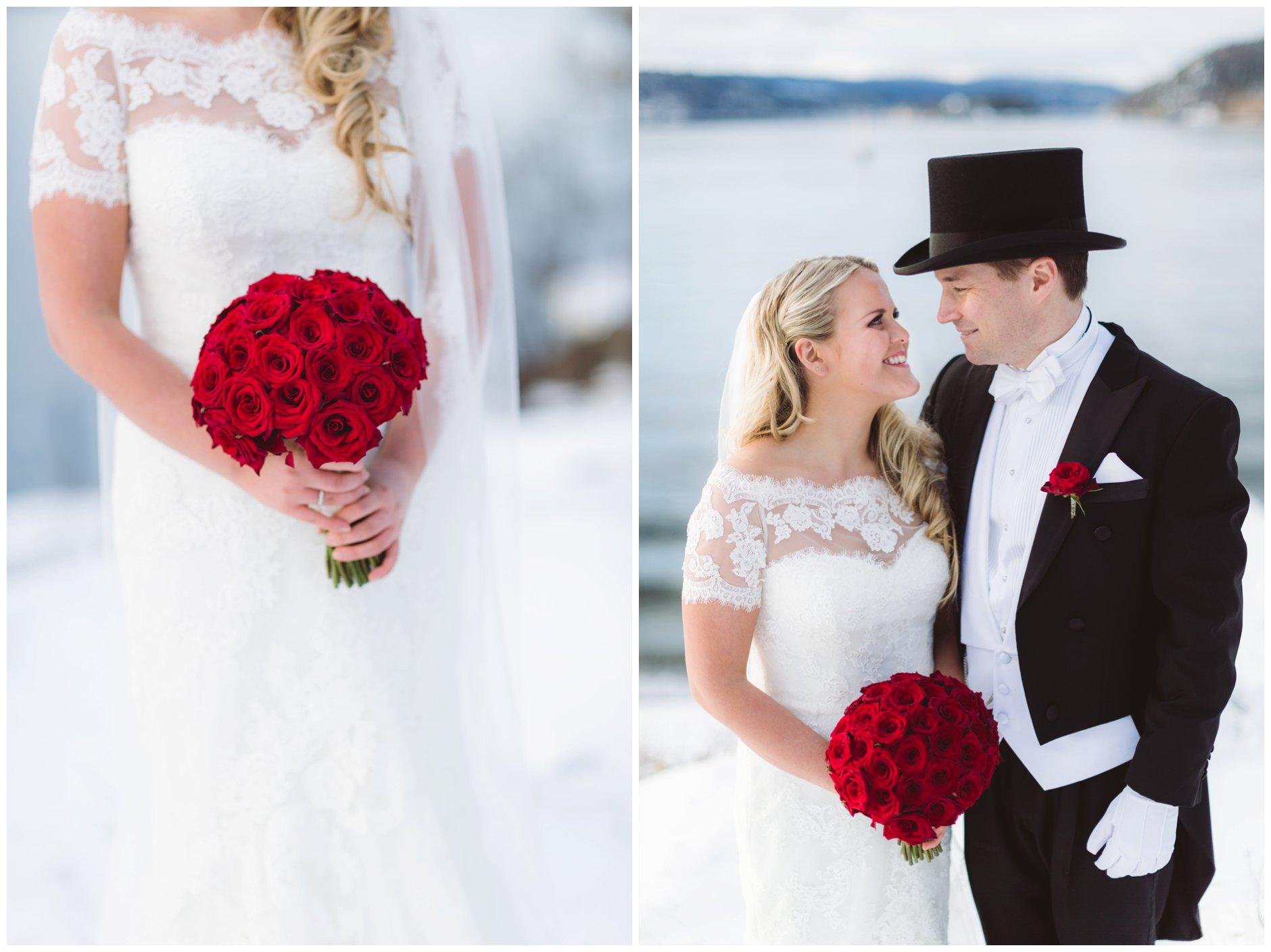 Vinterbryllup med mørke røde roser i brudebuketten