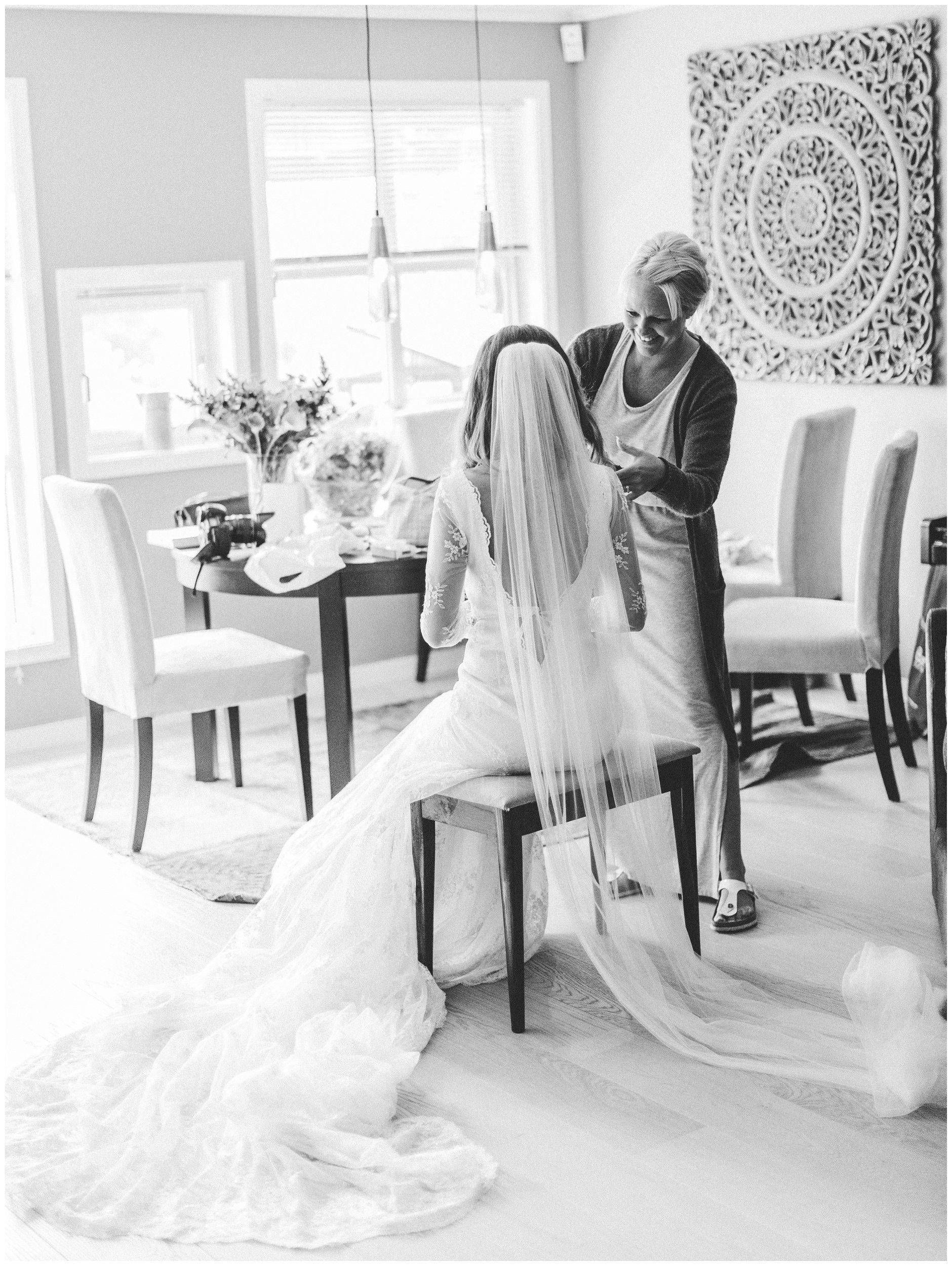 Bryllupsforberedelser med bruden og hennes slør
