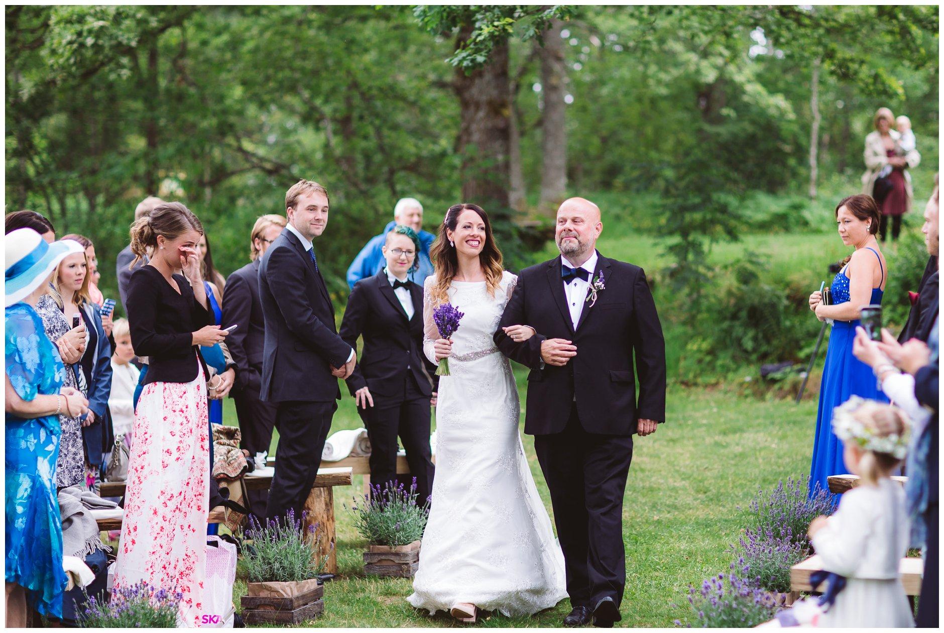 Brud og brudens far utendørs vielse