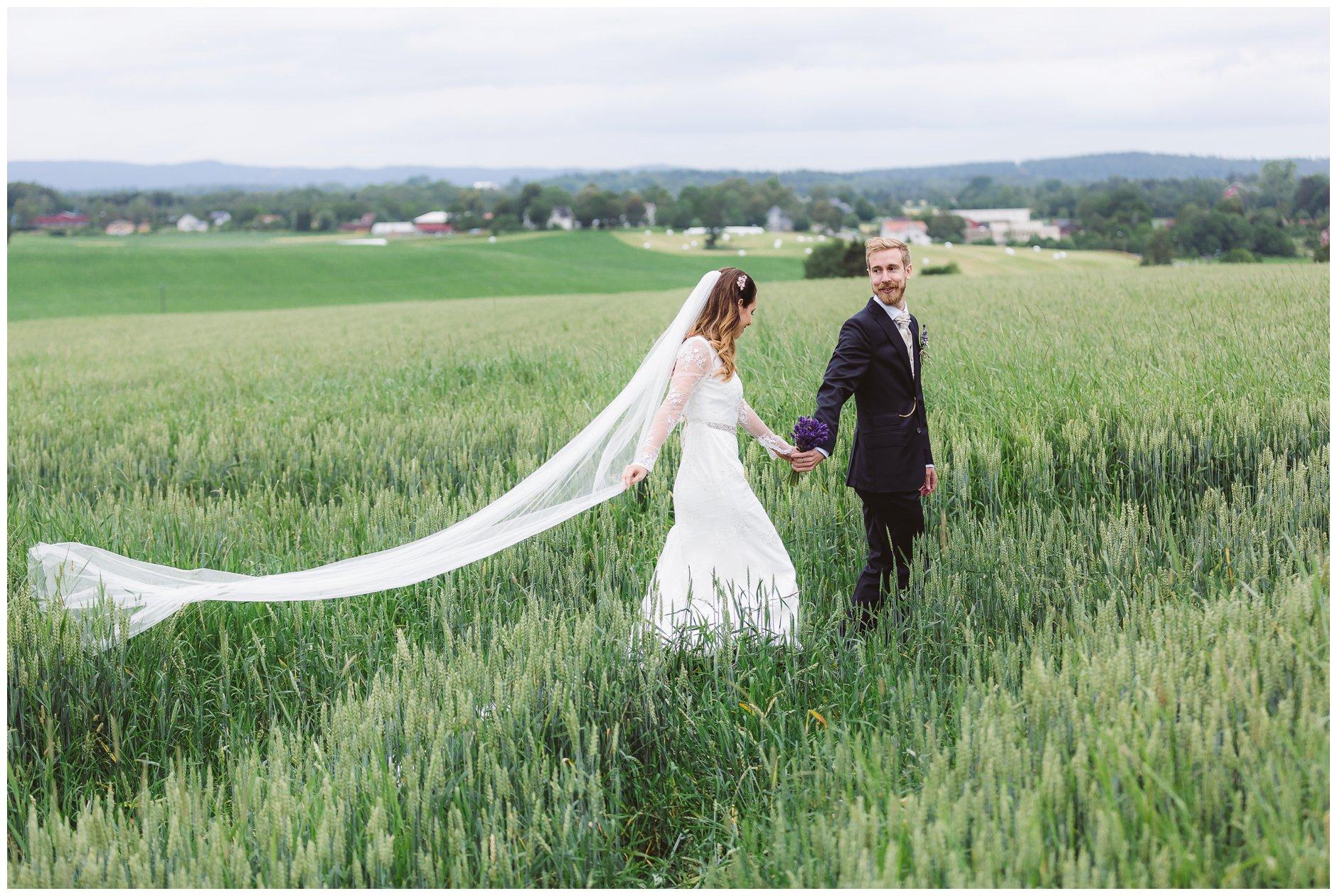 Brudepar i kornåker
