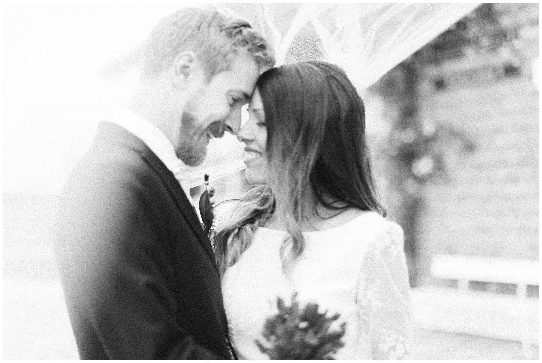 Ekte følelser og naturlig lys på bryllupsportrett