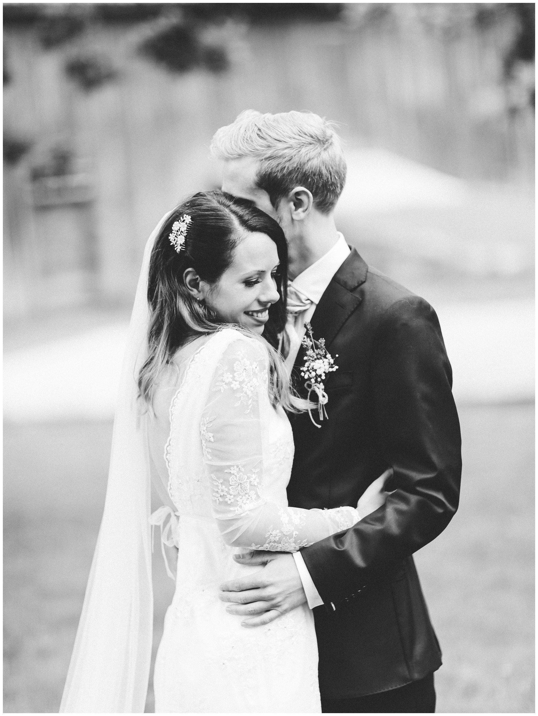 Bryllupsfotografering i naturlig lys klassisk svarthvitt