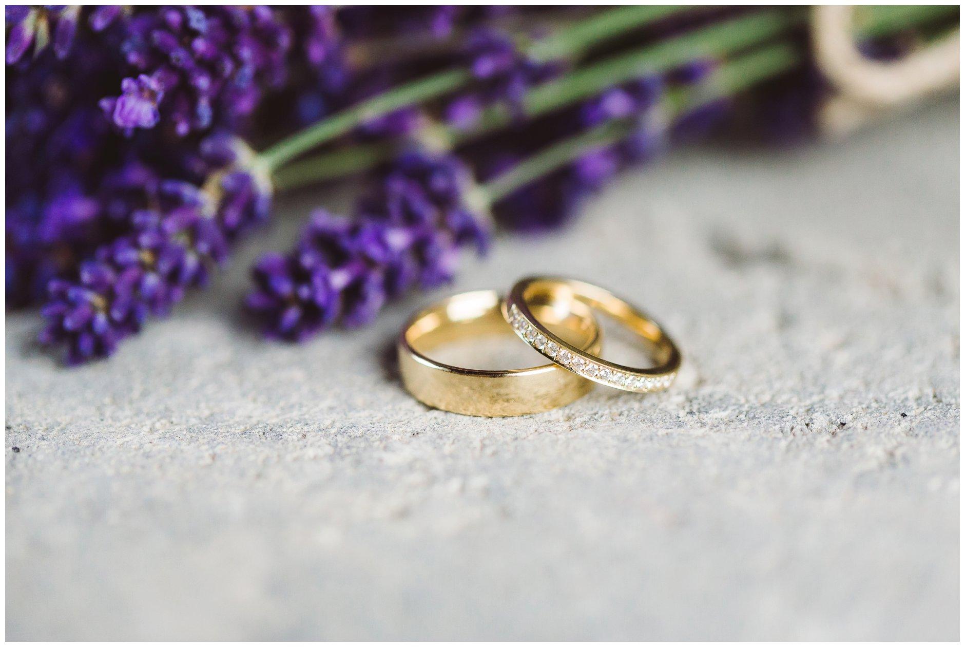 Bryllupsdetaljer med gullringer og diamanter samt lavendel