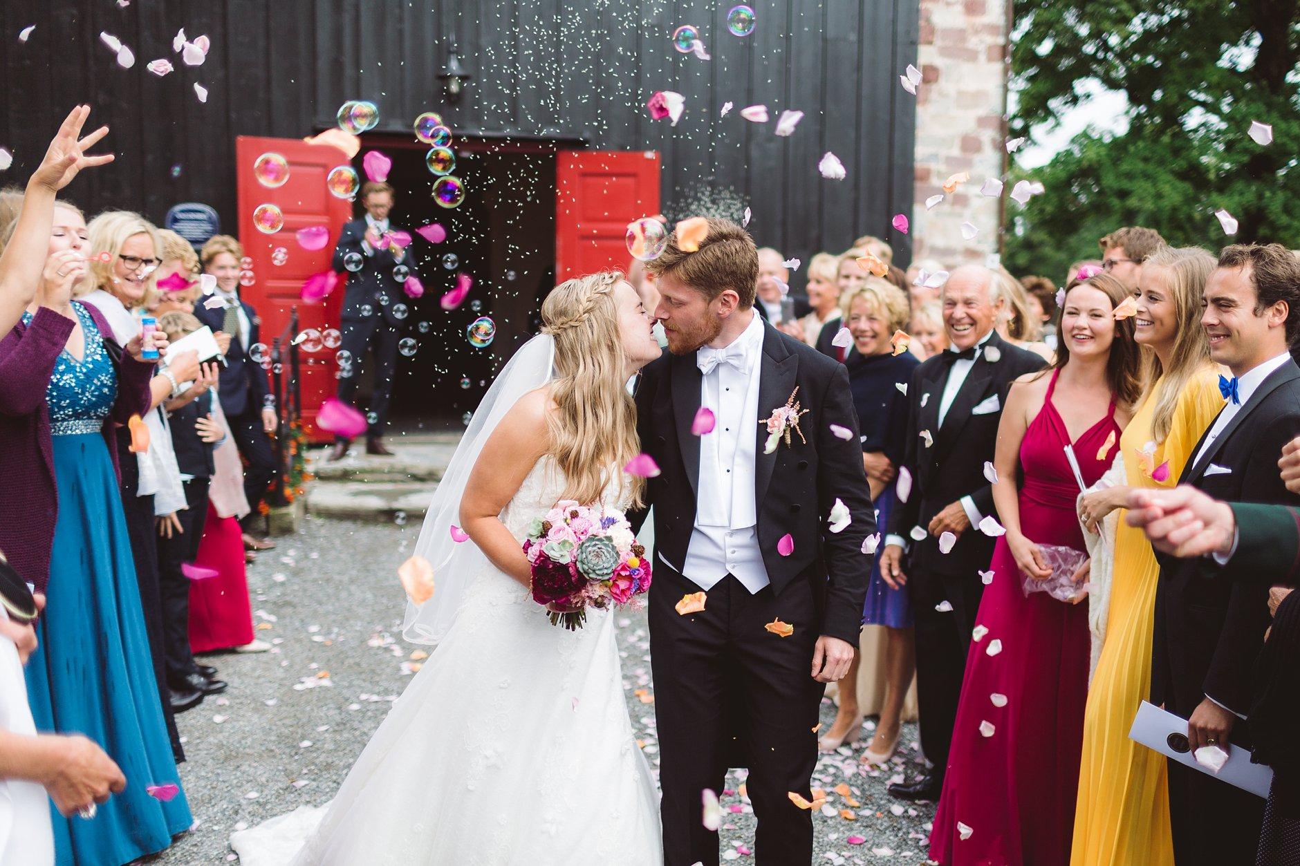 Fotograf-Eline-Jacobine-Bryllup-feiring-kirketrapp-Rygge-kirke
