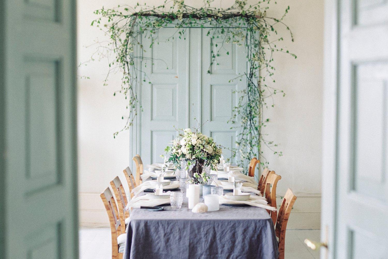 Bryllupsinspirasjon med dekket bord på Årvoll gård - Duk fra Vakre rom