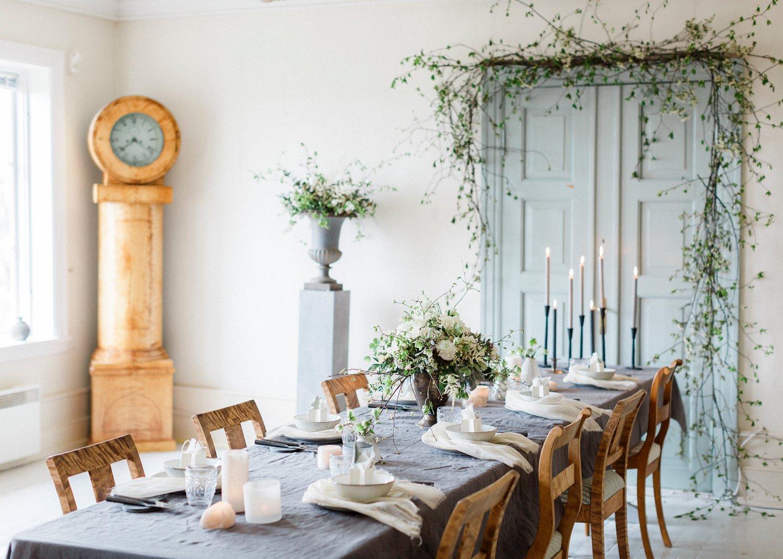 Bryllupsinspirasjon med dekket bord på Årvoll gård og bestefarklokke