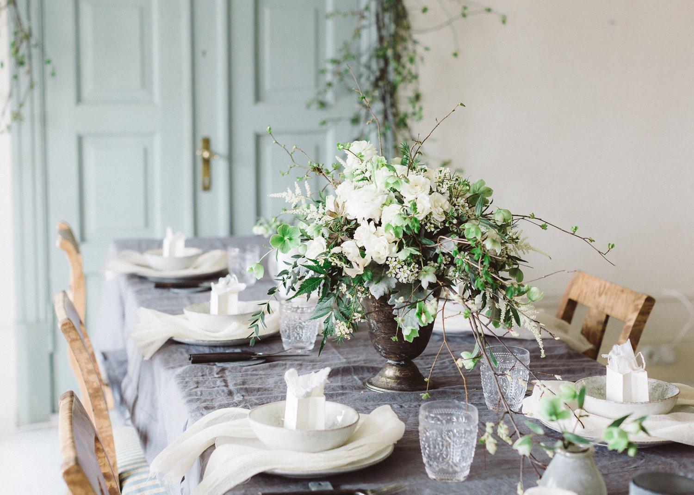 Bryllupsinspirasjon med vakker blomsteroppsats av Esters Hage. Bolle og tallerken fra Broste Copenhagen Nordic Sand