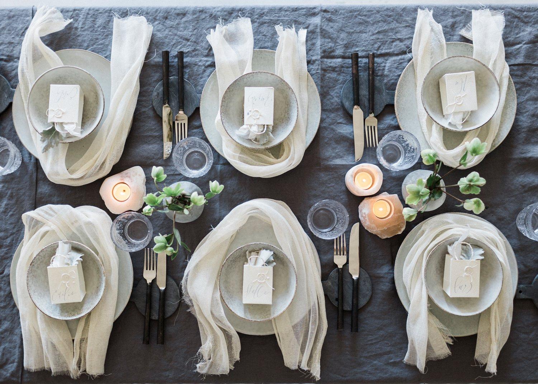 Bryllupsinspirajon og kreativ borddeking med kalligrafi av Ina and the Olive tree og blomster fra Esters Hage